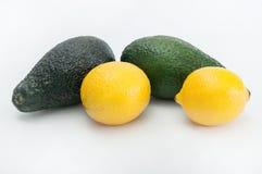 Avocados und Zitronen lizenzfreie stockbilder