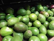 Avocados von der täglichen Ernte werden am Supermarkt verkauft lizenzfreie stockfotos