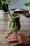Avocadosaft mit Schokolade Stockfoto
