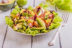Avocadosalade met gebraden bacon en pijnboomnoten Stock Fotografie