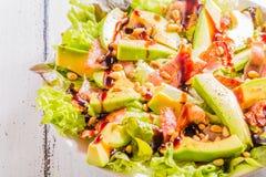 Avocadosalade met gebraden bacon en pijnboomnoten Royalty-vrije Stock Afbeelding