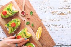 Avocadosandwich auf dem dunklen Roggentoastbrot machte mit frischem geschnitten lizenzfreies stockfoto