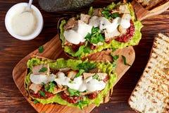Avocadosandwich met zonneschijn droge tomaten, geroosterde varkensvlees en sauskruiden Royalty-vrije Stock Foto