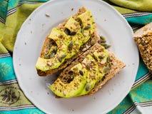 Avocadosandwich voor gezonde snack met zaden royalty-vrije stock afbeelding
