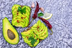 avocadosandwiches op een grijze achtergrond, kruiden, citroen Hoogste mening royalty-vrije stock fotografie