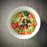 Avocadospaghettis lizenzfreies stockfoto