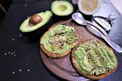 Avocadotoast, obenliegendes viewy Avocadosandwich lizenzfreies stockfoto