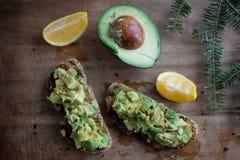 Avocadotoost met Citroen, Komijn en Olive Oil op Hout Royalty-vrije Stock Foto's