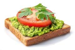 Avocadotoost met Geïsoleerde Tomaat royalty-vrije stock foto's