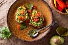 Avocadotoost met Gesneden Tomaat stock foto