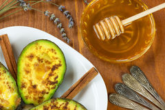 Avocat avec de la cannelle et le miel image stock