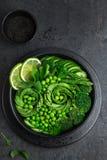 Avocat, concombre, brocoli, asperge et salade de pois doux, fre photo libre de droits