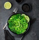 Avocat, concombre, brocoli, asperge et salade de pois doux, fre photo stock