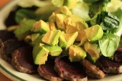 Avocat cru organique, betterave cuite au four, épinards crus, salade crue de laitue Photographie stock