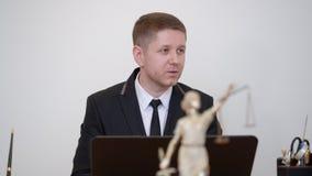 Avocat d'homme de portrait parlant sur la statue de themis dans le cabinet juridique Consultation juridique banque de vidéos