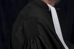 Avocat dans la robe avec le juge haut étroit de mains de jabot Photos libres de droits