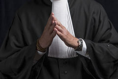 Avocat dans la robe avec le juge haut étroit de mains de jabot Images libres de droits