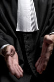 Avocat dans la robe avec le juge haut étroit de mains de jabot Photographie stock libre de droits