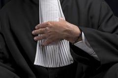 Avocat dans la robe avec le juge haut étroit de mains de jabot image libre de droits