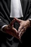 Avocat dans la robe avec le juge haut étroit de mains de jabot photographie stock