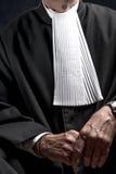Avocat dans la robe avec le juge haut étroit de mains de jabot photo libre de droits