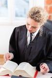 Avocat dans le livre de loi de lecture de bureau Image libre de droits