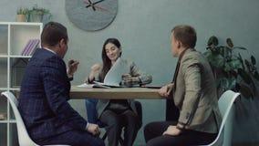 Avocat de femme signant l'accord contractuel juridique clips vidéos