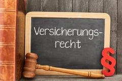 Avocat de spécialiste pour le concept de droit des assurances sur le tableau noir image libre de droits