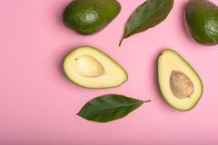 Avocat entier et coupé en tranches vert mûr organique frais de Fuerte avec le le Image stock