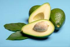 Avocat entier et coupé en tranches vert mûr organique frais de Fuerte avec le le Images libres de droits