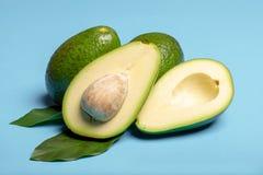 Avocat entier et coupé en tranches vert mûr organique frais de Fuerte avec le le Image libre de droits