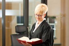 Avocat féminin avec le code de Droit Civil photo libre de droits