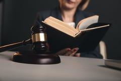 Avocat féminin avec les livres juridiques sur son lieu de travail Gavel et Balance sur le bureau images libres de droits