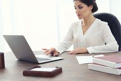 Avocat féminin travaillant avec l'ordinateur portable images libres de droits