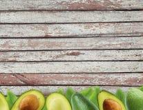 Avocat frais avec des feuilles sur le fond en bois Photos libres de droits