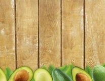 Avocat frais avec des feuilles sur le fond en bois Photographie stock libre de droits