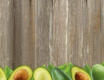 Avocat frais avec des feuilles sur le fond en bois Photographie stock