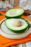 Avocat frais et mûr de coupure Photos stock