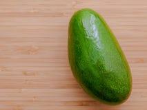 Avocat frais sur le fond en bois Nourriture saine d'avocat organique Image stock