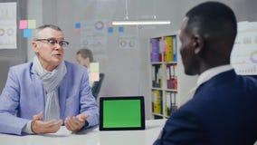 Avocat masculin africain étant en pourparlers avec son client banque de vidéos