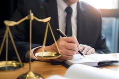 Avocat masculin travaillant avec des papiers de contrat et lisant le livre de loi dans une salle d'audience, justice et concept d image stock
