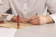 Avocat masculin travaillant avec les papiers de contrat et le marteau en bois sur le tabel dans la salle d'audience juge et loi,  image libre de droits