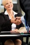Avocat ou notaire féminin dans son bureau Image libre de droits