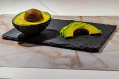 Avocat préparé pour des sushi avec la table de pizarre image libre de droits