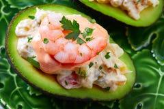 Avocat rempli par fruits de mer avec des pinchos de tapas de crevettes Images stock