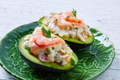 Avocat rempli par fruits de mer avec des pinchos de tapas de crevettes Photos libres de droits