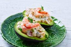 Avocat rempli par fruits de mer avec des pinchos de tapas de crevettes Photo libre de droits