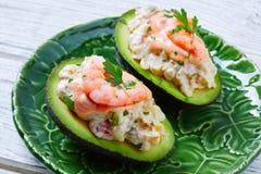 Avocat rempli par fruits de mer avec des pinchos de tapas de crevettes Photographie stock