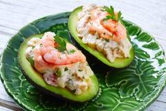 Avocat rempli par fruits de mer avec des pinchos de tapas de crevettes Images libres de droits