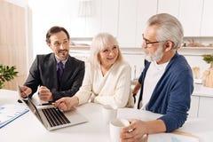 Avocat satisfaisant discutant le plan du contrat avec des clients Images stock